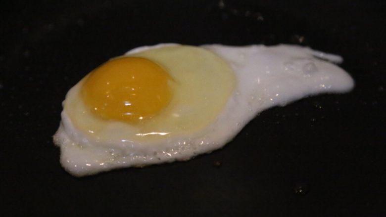 腊肠石锅拌饭,煎一个<a style='color:red;display:inline-block;' href='/shicai/ 9'>鸡蛋</a>备用。