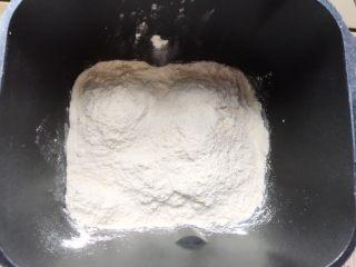 牛角包,除盐、黄油、干酵母以外,所有食材放入面包桶,开启和面程序进行和面。我的机器是松下的,一个和面程序运行20分钟以后,面团已经能被和得很光滑了。