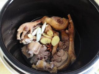 鸡肉麻辣香锅,锅里添清水,只要快没过鸡肉块即可,再放入葱,姜,大料和花椒,