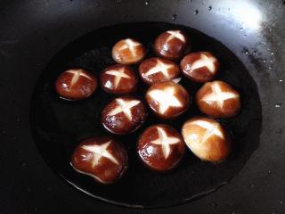 鸡肉麻辣香锅,锅里放入香菇,加入凉水,再点火焯香菇,