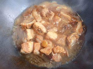 懒人版糖醋排骨,加入适量开水,水要与排骨齐平。大火烧开转小火慢炖约20分钟左右。
