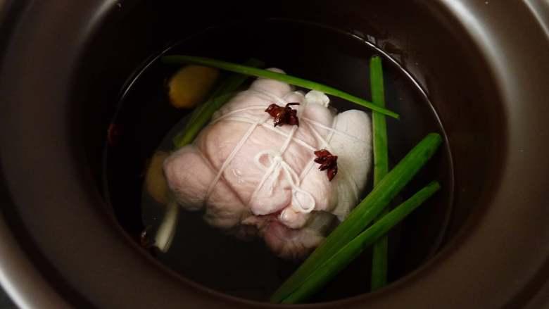 白切猪肘肉,把用棉线扎好的猪肘冷水放入