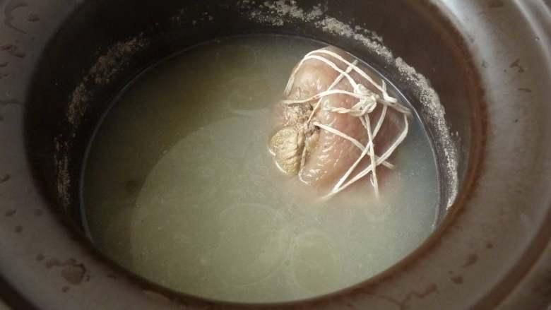 白切猪肘肉,猪肘煮至软而不烂