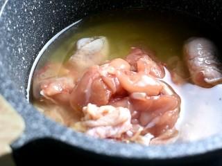 辣炒鸡块,油温六七成热下入腌制好的鸡块,小火慢炸