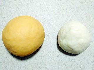 小蜗牛馒头,白面团做法一样,同时发酵好后?揉圆排气。