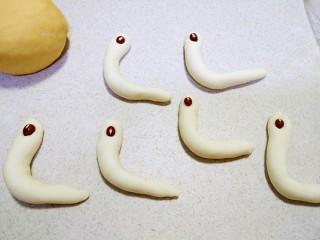 小蜗牛馒头,做好以后放上小红豆粒。当眼睛