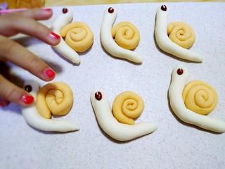 小蜗牛馒头,蜗牛壳沾在蜗牛背上。(图中别介意,女儿想偷吃,指甲油自己做的哈)