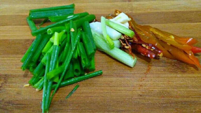 圆土豆+香辣土豆丝,所有配料已准备好