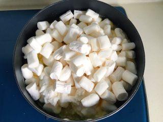 原味雪花酥❄️,慢慢搅拌,火太大可以转小火