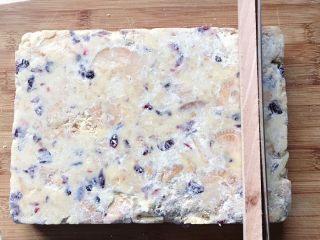 原味雪花酥❄️,用锯齿刀切成粗细一致的条状