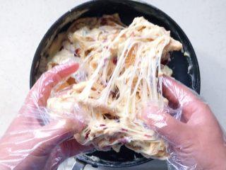 原味雪花酥❄️,这时候离火,戴上一次性手套直接用手翻拌,小心烫手哦