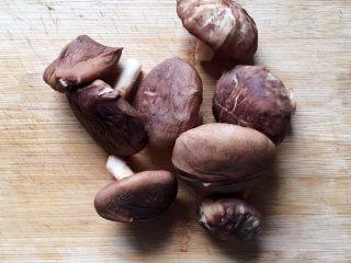 香菇炒青菜,将泡好的香菇清洗干净,用手挤干水分。