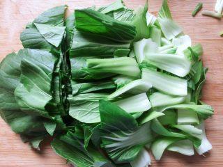 香菇炒青菜,然后控干水分,切小段备用。