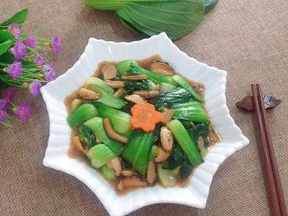 香菇炒青菜,出锅,装盘,放一片胡萝卜花点缀。