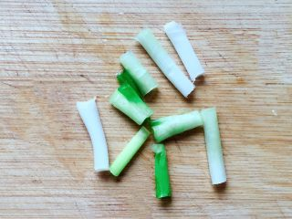 香菇炒青菜,葱洗净,要葱白部分,切小段备用。