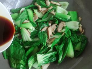香菇炒青菜,然后倒入调好的料汁。