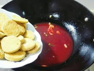 花儿一样的玫瑰腐乳素肠,放素肠下锅,烧开翻面,小火烧几分钟
