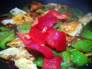 荷包蛋炒辣椒,加入适量生抽 倒入红椒块儿 翻炒