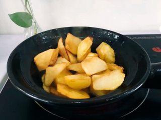圆土豆+香煎土豆,油热后,将沥干水分得土豆放入,小火
