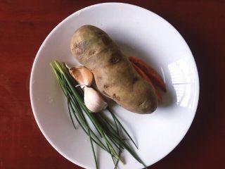 圆土豆+香煎土豆,酱土豆,大蒜,尖辣椒,葱准备好