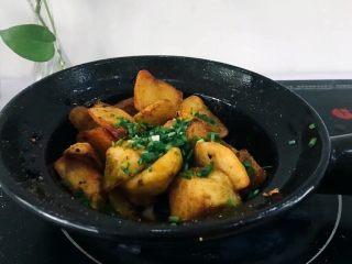 圆土豆+香煎土豆,将小葱末撒上颠锅,使葱末均匀