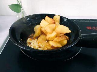 圆土豆+香煎土豆,将切好的大蒜末放入爆香