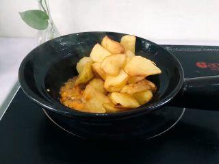 圆土豆+香煎土豆,土豆煎至两面金黄时将辣椒放入