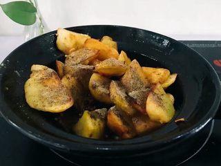 圆土豆+香煎土豆,撒适量的椒盐粉