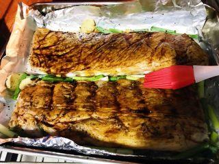 烤箱版蜜汁烤排骨,50分钟时,刷上一层蜂蜜,刷子来回反复刷匀,继续烤,不要盖锡箔纸了。(黑酱油可以考虑在腌肉时放)。