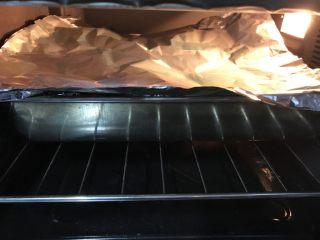 烤箱版蜜汁烤排骨,20分钟后,刷上黑酱油,烤制,中途我会用刷子把汤汁刷在排骨上,盖上锡箔纸继续烤。