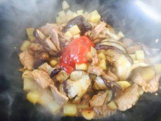 #圆土豆# 土豆烧茄子,放入1勺番茄酱。