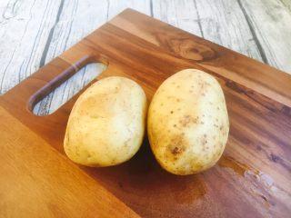 #圆土豆# 土豆烧茄子,土豆2个。