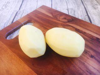#圆土豆# 土豆烧茄子,把土豆的皮削去。