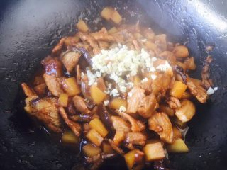 #圆土豆# 土豆烧茄子,最后放入蒜末提香即可。