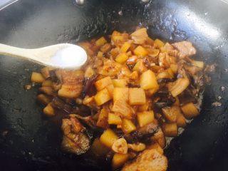 #圆土豆# 土豆烧茄子,土豆茄子烧好后放入少许的盐。