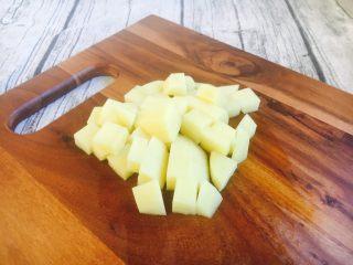 #圆土豆# 土豆烧茄子,切成骰子大小的块。