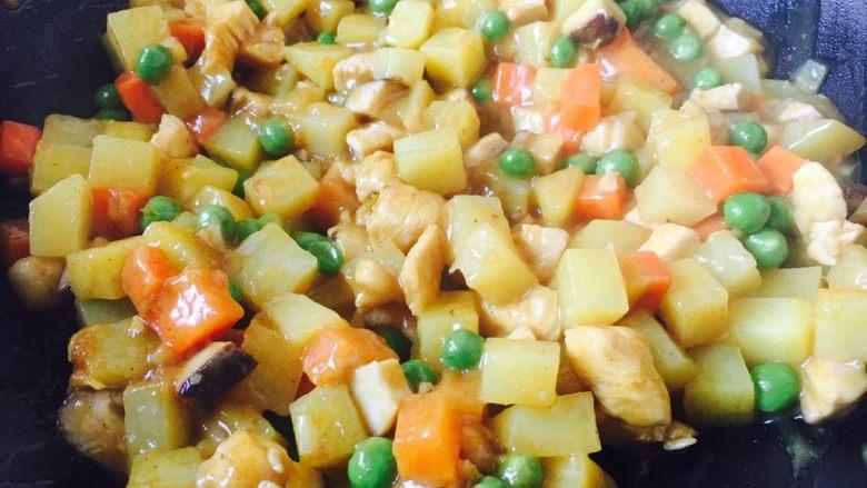 咖喱鸡丁土豆,咖喱块融化后要不停的翻动,以免粘锅,汤汁裹在鸡丁和土豆上即可。