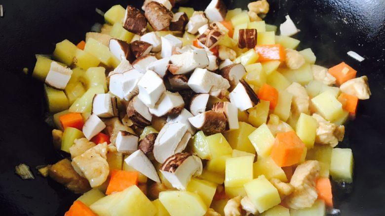 咖喱鸡丁土豆,放入胡萝卜、土豆、香菇。