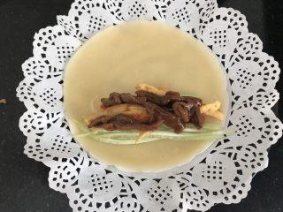 家常小卷饼,一切准备就绪,开始卷起来,我家小二已经等不及了! 把好吃的什么青瓜,甜椒,蛋丝,肉丝放在蛋皮上,靠边上一点,这样好卷! 在饼皮上放片生菜叶子再放这些丝丝包起来更好看!(忘拍了)这个是急着包给一旁的小馋猫吃的,大家将就着看吧!