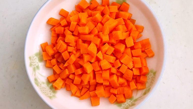 腊肠煲仔饭,胡萝卜切成小丁