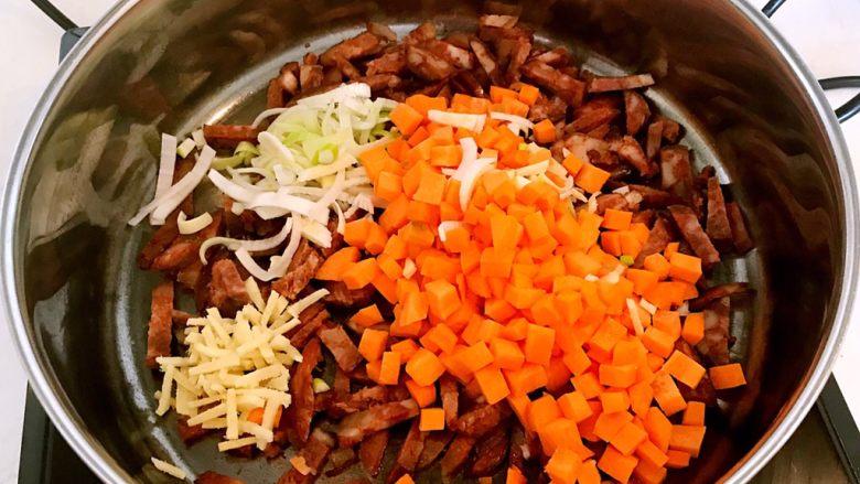 腊肠煲仔饭,加入葱丝,姜丝和胡萝卜丁