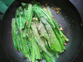 蒜蓉油麦菜,油麦菜软趴后放入五香粉、盐、鸡精调味