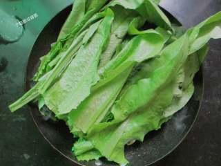 蒜蓉油麦菜,大火快速翻炒,加剩余的叶子部分