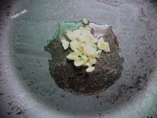 蒜蓉油麦菜,锅内放油爆香花椒捞出,放入一些蒜末炸香