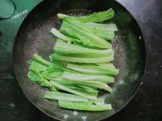 蒜蓉油麦菜,下油麦菜的根部部分,快速翻炒几下
