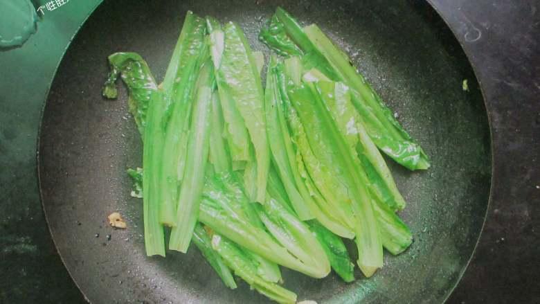 蒜蓉油麦菜,大火炒至油麦菜软趴