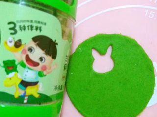 多彩卡通饺子,5️⃣用另一个色的面片盖上面,然后用擀面杖擀一下,让它们更好的重叠在一起