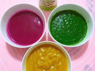 多彩卡通饺子,2⃣️果蔬榨汁和面,火龙果榨汁,菠菜焯一下打泥,南瓜蒸熟打泥备用