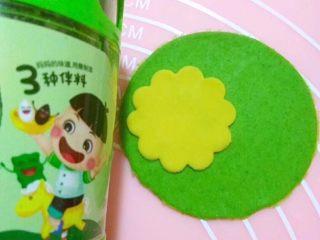 多彩卡通饺子,4️⃣用磨具压出圆形,用卡通磨具在饺子皮上压出喜欢的图案,然后扣出
