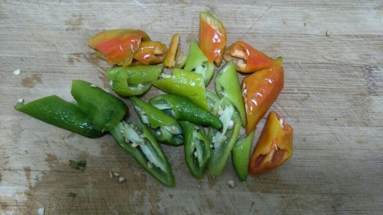 地三鲜,辣椒洗净切滚刀块。